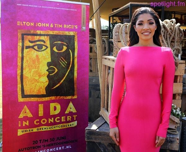 Aida (April) naast reclamezuil